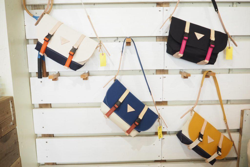 ウミカジテラスの帆布バック屋のメッセンジャーバック